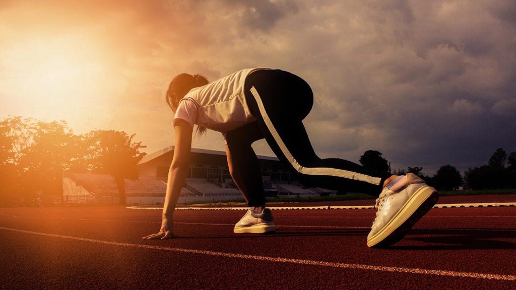 Mulher atleta e corredora que se recuperou fazendo tratamento por ondas de choque